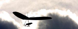 Graba desde su ala delta su terrible choque con dos parapentistas que le hace precipitarse al suelo