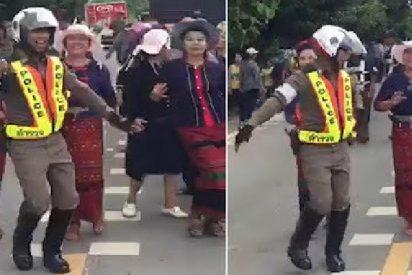 """El policía """"danzarín"""" anima los atascos de tráfico en Tailandia moviendo su """"cucu"""""""
