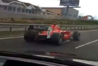 Unos anonadados conductores de una autopista checa se dan de bruces con un bólido de Fórmula 1