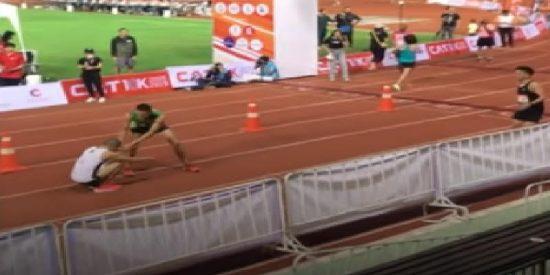Heroico atleta se para en plena carrera, casi en la recta final, para socorrer a su rival lesionado