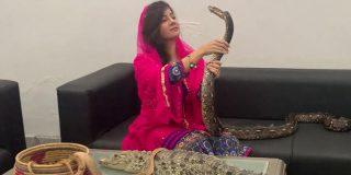 """Esta cantante paquistaní se enfrenta a una pena de cárcel por amenazar de muerte por """"envenenamiento por serpiente"""" al primer ministro indio"""