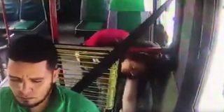 """Una pasajera desagradecida le """"manga con mucha maña"""" la cartera a un conductor de autobús colombiano"""