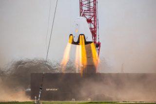 """La empresa estadounidense SpaceX prueba los potentes propulsores de su """"taxi espacial""""' Crew Dragon"""
