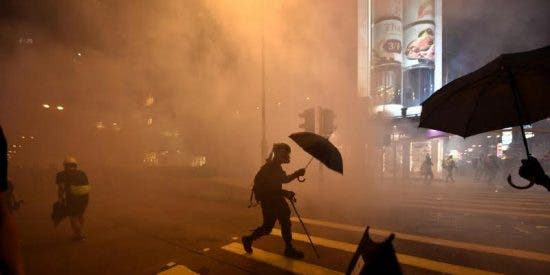 La Policía comunista china gasea a los manifestantes por la libertad de Hong Kong que se defienden con cócteles molotov