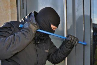"""Ladrón chapucero irrumpe en una casa y se topa con el dueño, se marcha aludiendo que """"tan solo estaba buscando algo"""""""