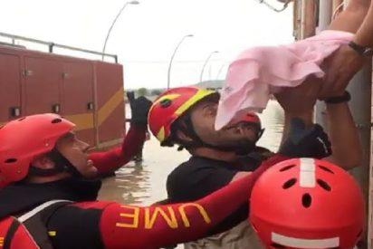 Miembros de la Unidad Militar de Emergencias de España rescatan milagrosamente a un pequeño bebé víctima de las inundaciones en Almoradí