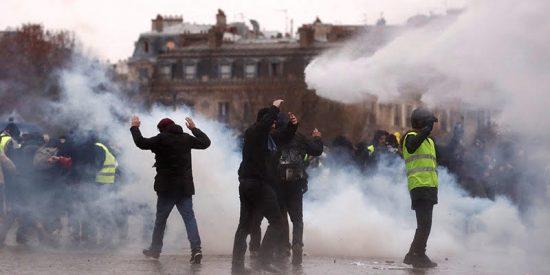 """La policía francesa intenta frenar con cañones de agua y gas lacrimógeno a los """"chalecos amarillos"""" que siguen manifestándose"""
