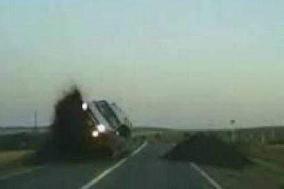 """Impresionante choque frontal provocado por un vehículo que vuela """"por los aires"""" tras encontrarse unos montículos de tierra"""
