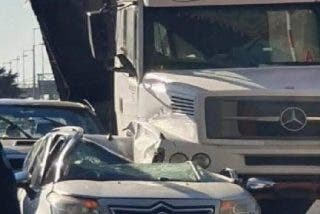 """Un camión se queda sin frenos y se """"lleva por delante"""" una camioneta y un coche en un peaje"""