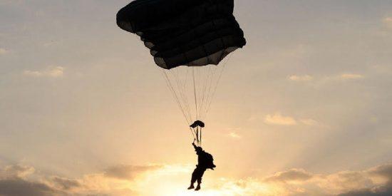 """Dan el empujón del """"valor"""" a un soldado ruso que """"se lo hacía encima"""" al tirarse en paracaídas desde un avión"""