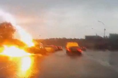 Un rayo golpea por dos veces consecutivas a un coche mientras transitaba por una carretera rusa