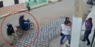 """Un """"suertudo"""" brasileño consigue sobrevivir a un tiroteo gracias a un oportuno poste de la luz que lo protege"""
