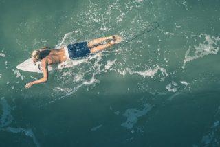 """Un dron salva """"in extremis"""" a un surfista de ser devorado por un terrible tiburón"""