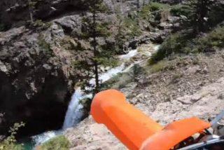 Este motorista cae desde lo alto de un enorme precipicio de 20 metros hasta un río y sale ileso
