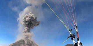 """Parapentista """"afortunado"""" se encuentra de sopetón con la espectacularidad de un volcán en plena erupción"""