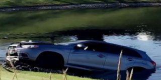 "Un coche va a ""por peces"" y se ""moja el cu*o"" en Illinois"