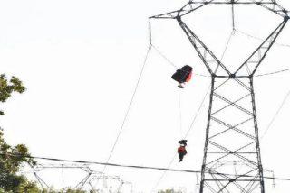 Tenso rescate al límite de un piloto belga colgado de un cable de alta tensión tras estrellarse su avión de combate
