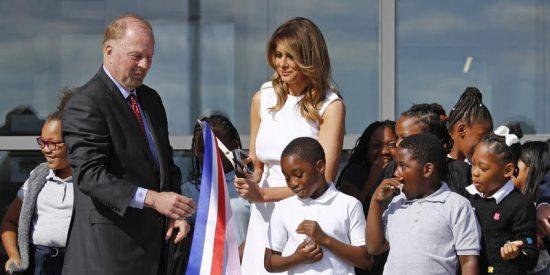 """Melania Trump no """"atina"""" con el manejo de las tijeras en la inauguración de un monumento en Washington"""