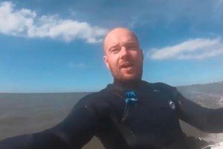 """Capta un """"meteorito"""" surcando los cielos mientras se graba haciendo 'kitesurf'"""