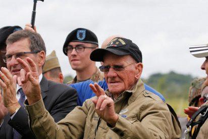 """Veterano de 98 años con espíritu de """"chavalín"""" se tira en paracaídas sobre los Países Bajos con """"un par...de condecoraciones"""""""