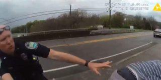 """Dos policías salvan a un desesperado suicida """"in extremis"""" de tirarse por un puente"""