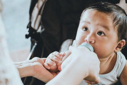 Un bebé indonesio adicto al café porque su familia no tiene medios para consumir leche