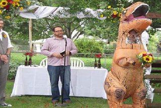 Dama de honor aparece disfrazada de T-Rex en la boda de sus amigos
