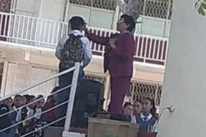 Directora de una escuela en México es acusada de raparle la cabeza a un alumno por llevarlo demasiado largo