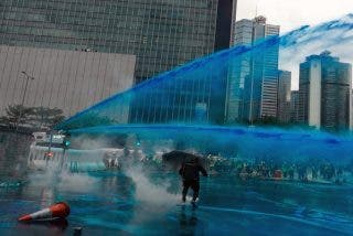 La Policía de Hong Kong recurre a cañones de agua mientras que los manifestantes lanzan cócteles molotov cansados de la represión de izquierdas