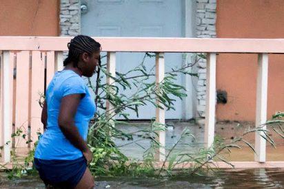 Angustiosas imágenes de un grupo de desventurados arrastrados por las inundaciones provocadas por Dorian