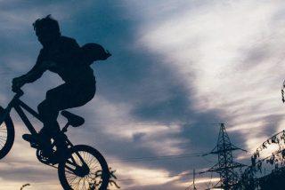 Cae al agua con su bicicleta durante una transmisión en directo de la BBC desde el parlamento escocés
