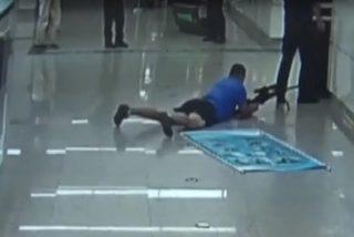 Certero francotirador acaba con un secuestrador suicida acertándole entre las piernas de un policía