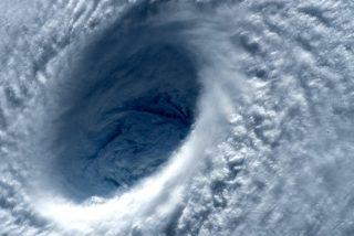 """Impactantes imágenes del asombroso """"efecto estadio"""" desde el interior del ojo del huracán Dorian"""