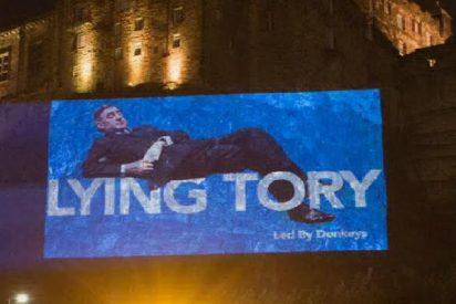 """Proyectan la imagen sobre el castillo de Edimburgo de un perezoso diputado conservador mientras """"hace el vago"""" en un debate del Brexit"""