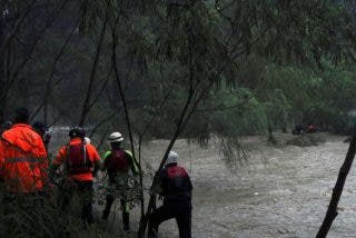 Una mujer es tragada por una alcantarilla anegada por una inundación en México