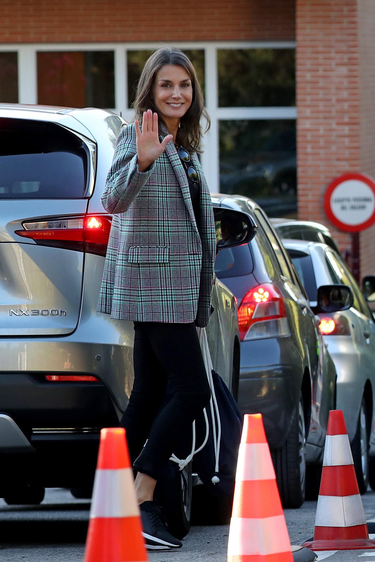 Doña Letizia se apunta al sporty-chic con unas zapatillas de 200 euros