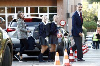 Los Reyes acompañan a sus hijas en el primer día de colegio
