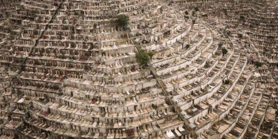 Así es 'Dead Space': un fotógrafo captura los densos cementerios de las laderas de Hong Kong