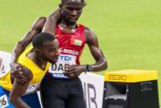 Así fue el aplaudido gesto de deportividad de un atleta con otro que rozó el colapso en los 5.000 metros del Mundial de Doha 2019