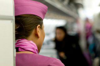 Azafata confiesa por qué nunca debería pedir té o café en un avión