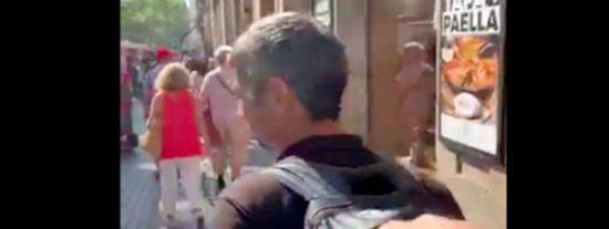 'Barcelona ciudad sin ley': Un 'justiciero' va repartiendo collejas a los carteristas y lo graba con su móvil