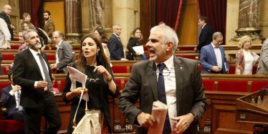 El esperpéntico espectáculo en el Parlamento catalán: Torrent permite jalear a los CDR mientras expulsa a Carrizosa (C's) por sacarle las vergüenzas a los golpistas