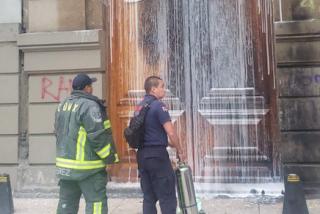 Feministas radicales intentan prender fuego a la catedral de Ciudad de México