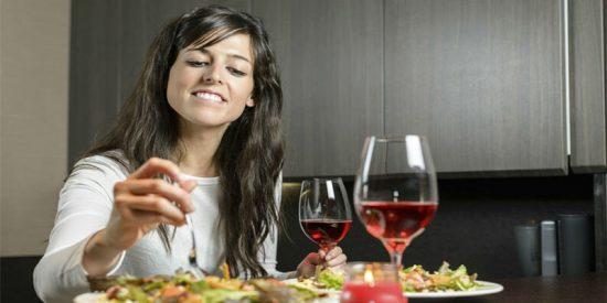 Estos son los alimentos que nunca debes comer por la noche si no quieres engordar