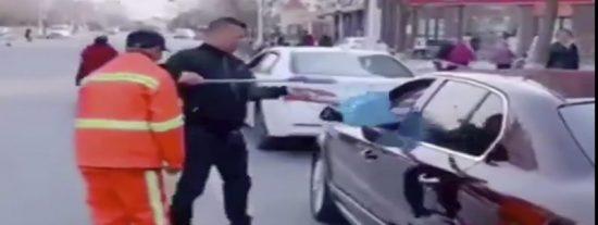 Vídeo Viral: 'Don Limpio' devuelve al conductor guarro toda su basura