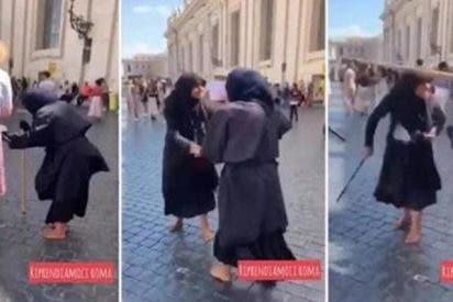 'Milagro' en el Vaticano: dos mendigas con joroba pelean a bastonazos y desaparecen sus chepas