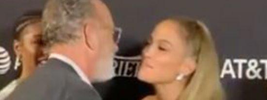 El beso de Tom Hanks a Jennifer Lopez del que todos hablan: ¿se limpió la cara después?