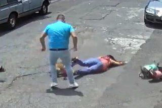 El macarra ataca como una fiera a la chica por pasear con su perro cerca de él