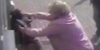"""Esta anciana de 81 años corre a leches a su atracadora en un cajero: """"No te vas a llevar mi dinero, trabajé muy duro por él"""""""