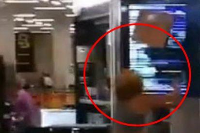 Esta mujer la emprende a golpes y destroza pantallas informativas del aeropuerto de Palma